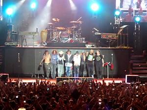 Músicos da banda Guns N' Roses se despedem do público após show em Brasília (Foto: Lucas Nanini/G1)