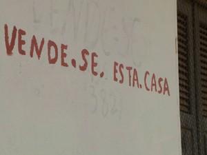Moradores colocaram as casas à venda no local (Foto: Miguel Nery / TV Mirante)
