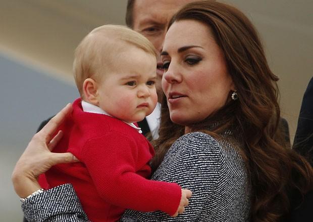 Kate segura o príncipe George antes de embarcar em avião em Canberra, na Austrália, para retornar a Londres nesta sexta-feira (25) (Foto: AFP)
