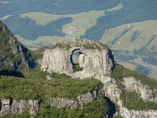 Pedra Furada é um dos pontos mais conhecidos do Parque Nacional de São Joaquim  (Foto: Divulgação/Graxaim Turismo de Aventura)