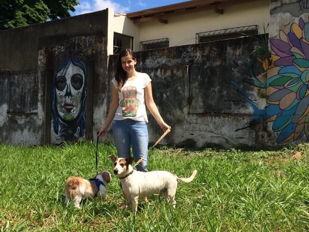 Nataly Castro hospeda cães em sua casa pelo site DogHero em Goiânia, Goiás (Foto: Vitor Santana/G1)