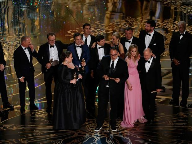 Equipe de 'Spotlight' recebe Oscar de melhor filme em Los Angeles (Foto: REUTERS/Mario Anzuoni)