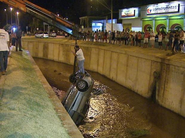Resgate do veículo precisou de um guincho particular, e demorou cerca de duas horas.  (Foto: Fábio Júnior/EPTV)