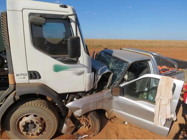 Vítima estava no banco passageiro do veículo.  (Foto: Willian Alan e Fábio Silva/Clic Hoje)