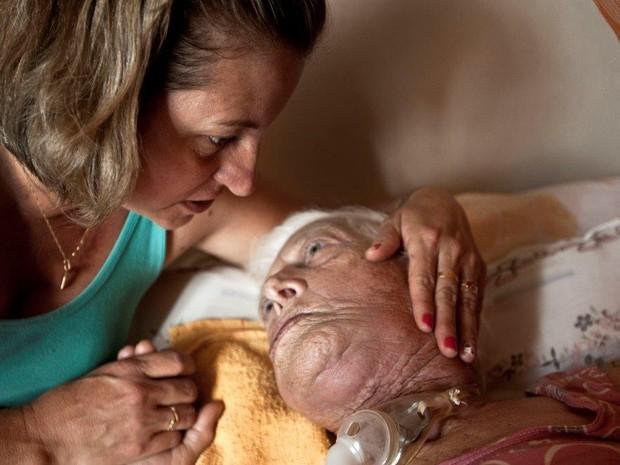 Maria de Lourdes, de 78 anos, morreu por causa de pneumonia, afirma Janete Dutra (Foto: Weber Sian/ Jornal A Cidade)