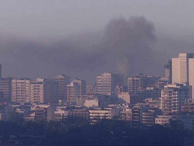 Fumaça provocada pelo incêndio em Ipanema podia ser vista de longe (Foto: Reprodução/TV Globo)