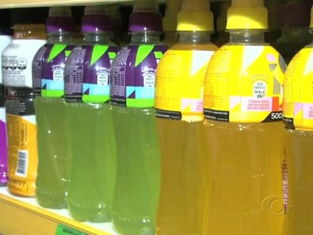 Bebidas podem conter um valor elevado de acidez, o que resulta no desgaste do dente. (Foto: Reprodução/TV Gazeta)