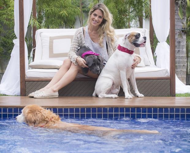 Enquanto Gio posava com Menina e Johnny, Zeca nadava (Foto: Raphael Dias/ TV Globo)