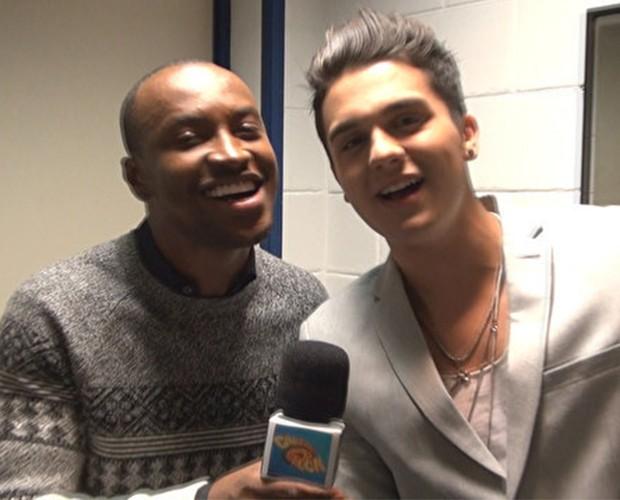 Thiaguinho e Luan Santana cantam juntos suas próprias músicas (Foto: Caldeirão do Huck/TV Globo)