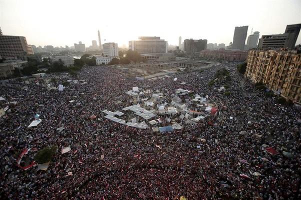 Opositores do governo de Mohamed Morsi lotam a praça Tahir em mais um protesto no Cairo, Egito (Foto: Andre Pain/EFE)