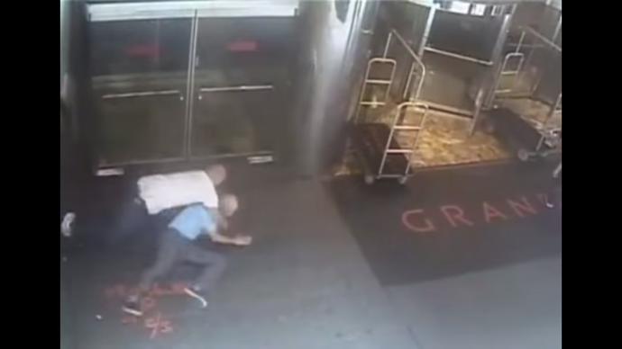 James Blake é jogado no chão por policial (Foto: Reprodução / Youtube)