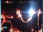 Ônibus pega fogo e fica totalmente destruído na Serra, ES