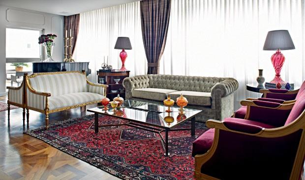de móveis e acabamentos dá o tom ao living deste apartamento de 600