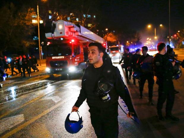 Carros de serviços de emergência chegam a local de explosão que atingiu dormitório militar nesta quarta-feira (17) em Ancara, na Turquia (Foto: REUTERS/Umit Bektas)