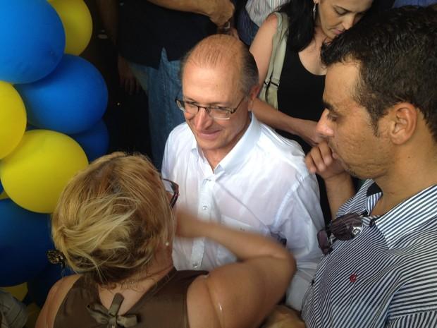 Governador Geraldo Alckmin cumprimenta eleitores em Ribeirão Preto, SP (Foto: Rodrigo Prioli/CBN Ribeirão)