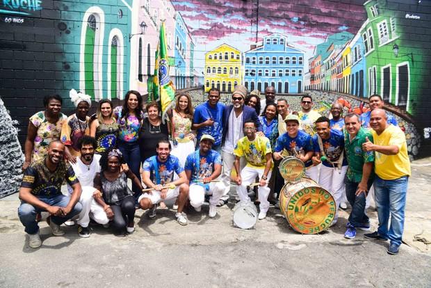 Carlinhos Brown visita barracão da Unidos do Peruche (Foto: Leo Franco / AgNews)
