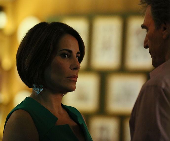 Beatriz não tira os olhos do casal (Foto: Isabella Pinheiro/Gshow)