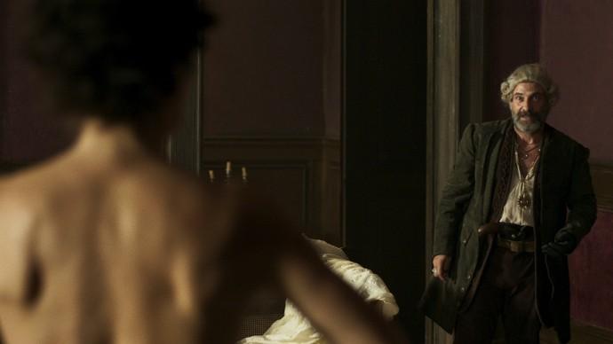 Mão de Luva fica encantado ao ver Dionísia nua... (Foto: TV Globo)