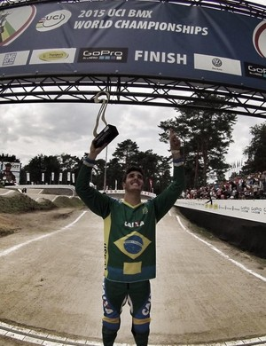 Eduardo Rezende leva título mundial no BMX (Foto: Reprodução/Facebook)