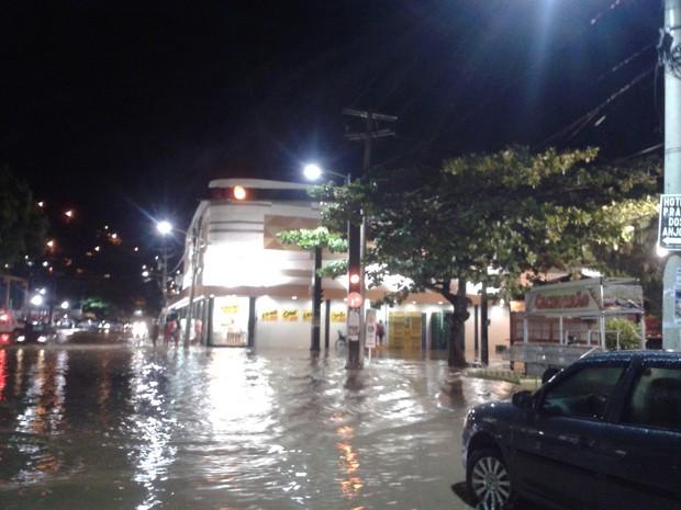 Chuva alaga ruas de Arraial do Cabo, RJ (Foto: Vinícius Pereira)