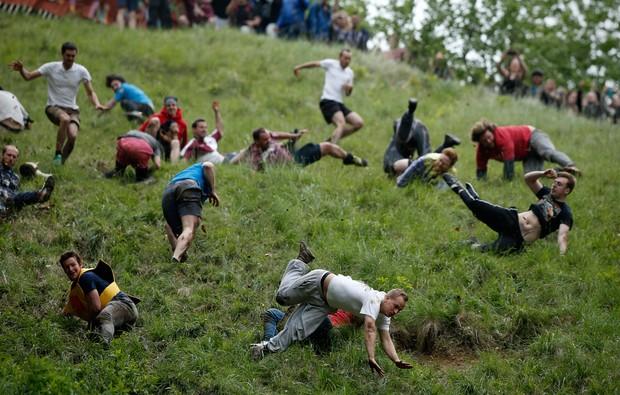 Como o terreno é inclinado e muito acidentado, é praticamente impossível ficar em pé (Foto: ADRIAN DENNIS/AFP)
