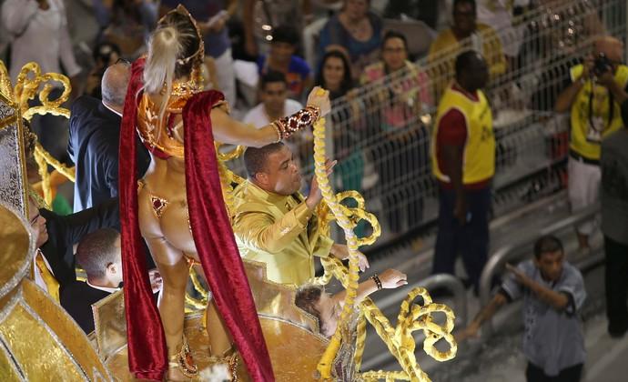 Ronaldo desfila pela Gaviões da Fiel em São Paulo (Foto: Marcos Ribolli)