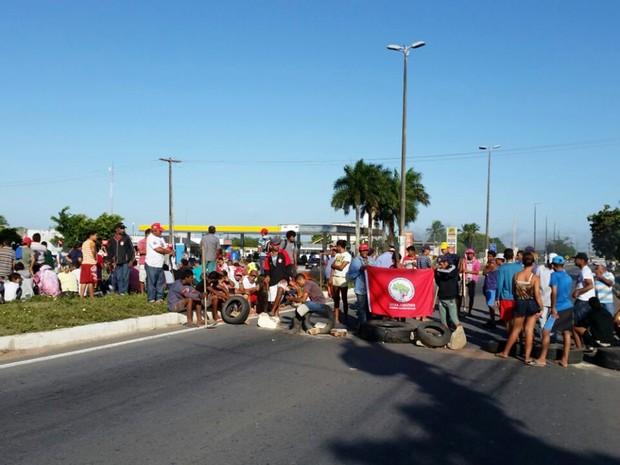 Com pneus e pedras, integrantes do Movimento dos Trabalhadores Rurais Sem Terra (MST) bloquearam a passagem de veículos nos dois sentidos da Av. Tomaz Landim (Foto: Wendell Jefferson)