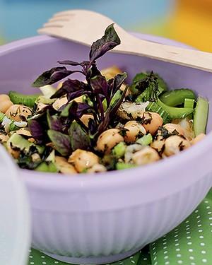 Lascas de bacalhau com salada de grão-de-bico e salsão ao azeite de ervas (Foto: Rogério Voltan/Editora Globo)