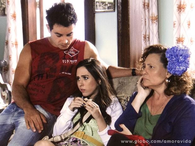 Valdirene e Márcia querem dinheiro, mas só conseguem comida... (Foto: Amor à Vida/ TV Globo)