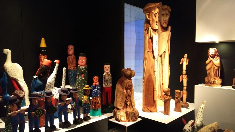 Peças produzidas pelo grupo de artesãos estão expostas no Espaço Interferência Janete Costa (Foto: Penélope Araújo/G1 )