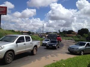 Polícia Rodoviária Federal teve que desviar o trânsito por conta do bloquei na pista (Foto: Gilcilene Araújo)