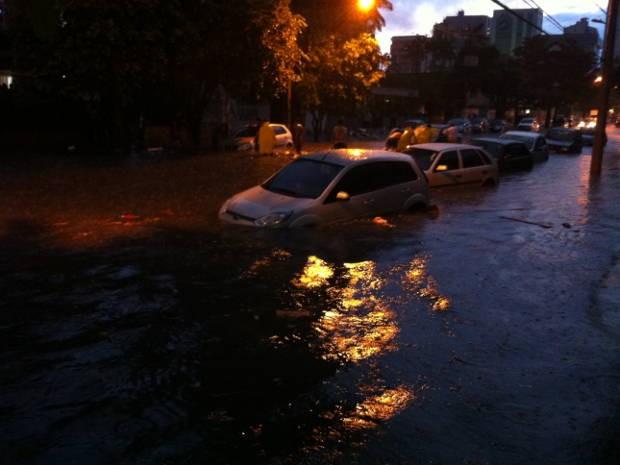 A água tomou conta da Travessa Nove de Janeiro (Foto: Christian Emanoel)