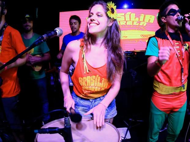 Carol é percussionista da banda do Brasília Amarela e se apresenta também com outros blocos do carnaval de rua do Rio (Foto: Rodrigo Gorosito/ G1)
