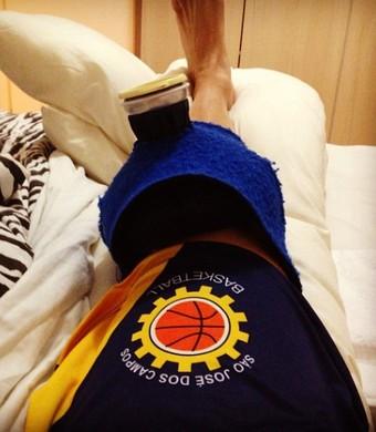 Armador Fúlvio, do São José Basquete, após cirurgia no joelho (Foto: Reprodução / Instagram)