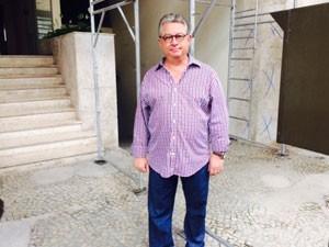 O morador Arão Pomeraniec reclama os transtornos que as obras causaram na rotina da família (Foto: Janaína Carvalho / G1)