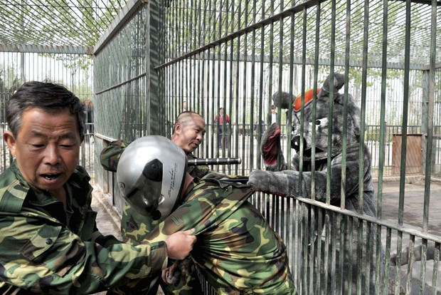Exercício simula situações de risco nas quais animais escapam das jaulas ou se comportam de maneira agressiva (Foto: China Daily/Reuters)