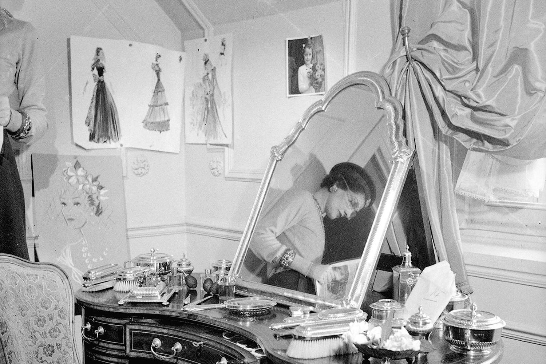 """Coco retratada em sua suíte no Ritz, no fashion film """"Paris Por Chanel"""" (Foto: Divulgação)"""