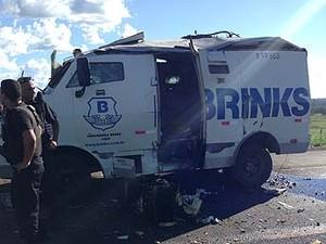 Carro-forte é metralhado e explodido após assalto em Canápolis, MG (Foto: Polícia Militar/Divulgação)