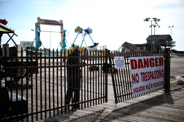 Funcionário controla entrada de pesosas em área interditada (Foto: Mark Wilson/Getty Images/AFP)