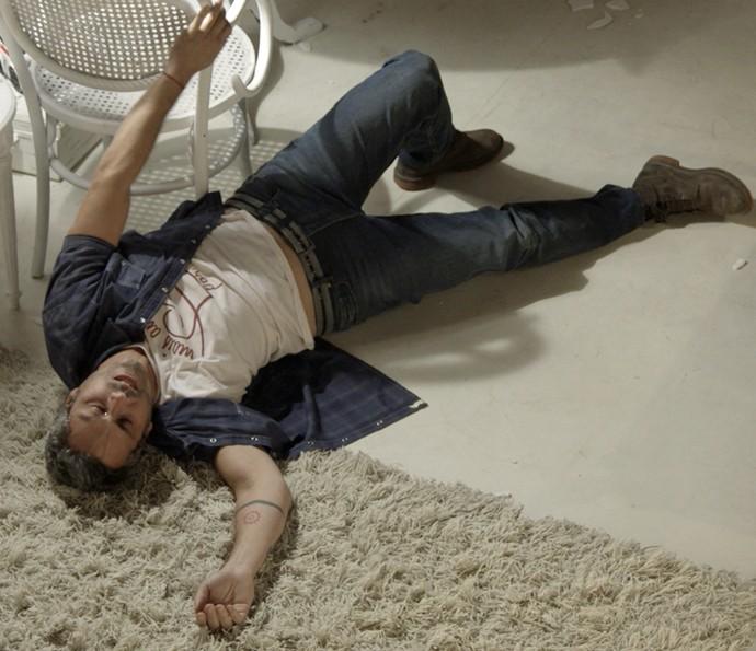Romero cai no chão, dopado por Tóia (Foto: TV Globo)