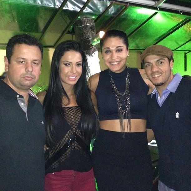 Gracyanne Barbosa com o marido, Belo, e amigos (Foto: Instagram/ Reprodução)