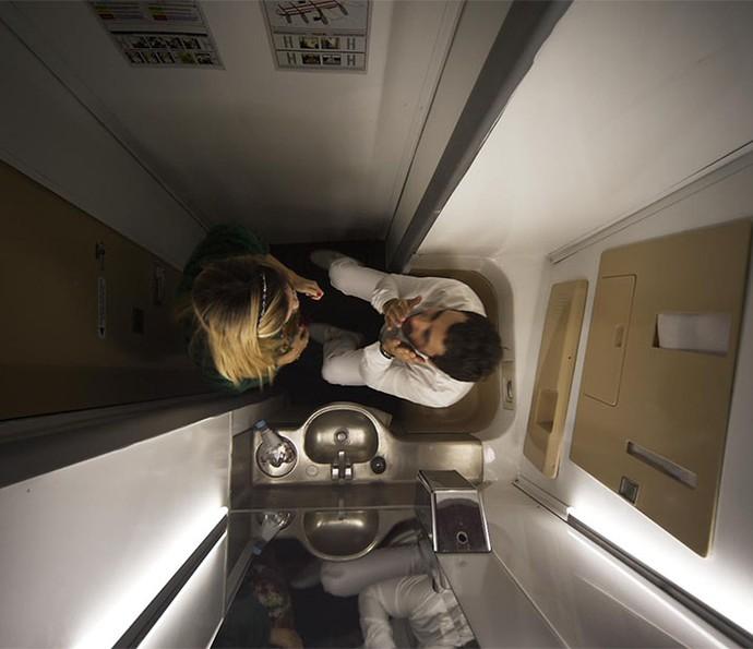 Leozinho e Fedora 'causam' dentro do banheiro do avião (Foto: TV Globo)