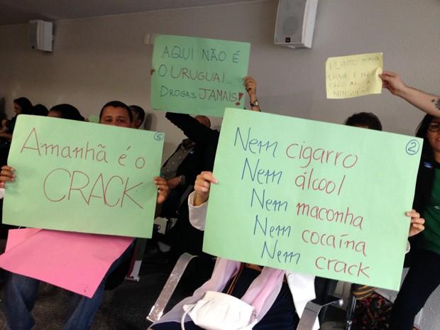 Manifestantes protestam contra projetos que propõem a legalização da maconha no Brasil (Foto: Felipe Néri / G1)