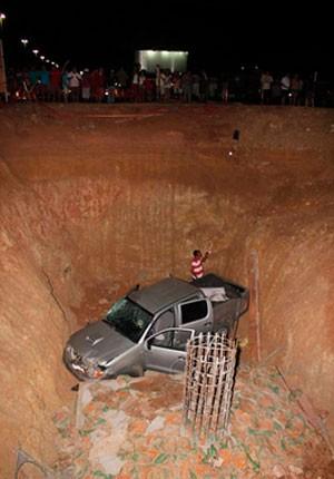 Veículo passou direto pela pista, entrou no canteiro de obras e caiu no buraco (Foto: Marcelino Neto)