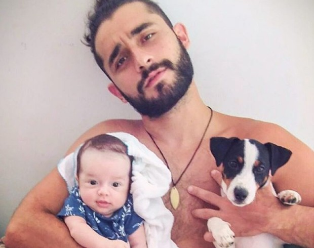 Gabriel Reif com o filho, Apolo, e o cachorrinho de estimação (Foto: Reprodução/Instagram)
