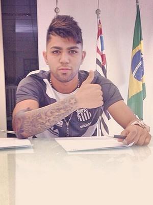 Gabriel do Santos, assinando contrato (Foto: Instagram)