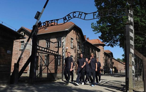 butland andy carroll rooney inglaterra auschwitz campo de concentração (Foto: Agência Reuters)