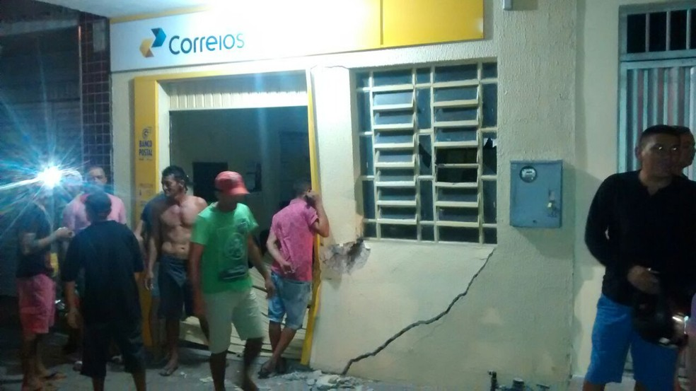 Grupo usou uma caminhonete para arrombar a porta da agência e explosivos para abrir o cofre (Foto: Arquivo pessoal)