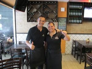 Jefferson Francisco da Silva, 30 anos, e Janaína Silva do Nascimento, 26 anos, garçons de um bar na região da Avenida Paulista, em São Paulo (Foto: Cauê Muraro/G1)