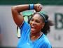 Serena tem dificuldade, mas derrota francesa e avança às oitavas em Paris
